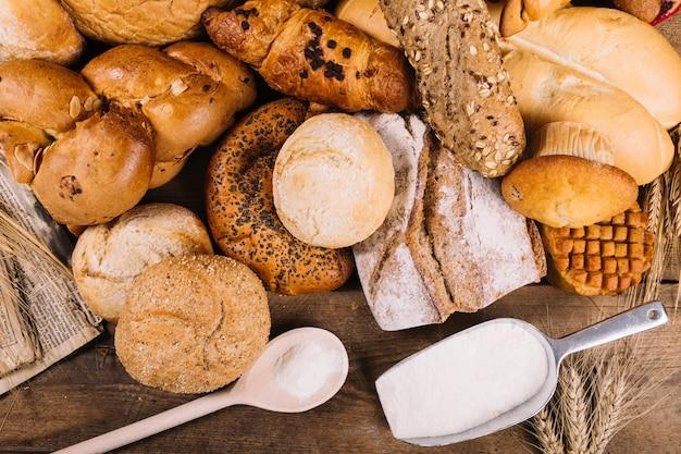 Pães variados em mesa de madeira