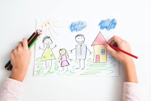 Criança desenhando com lápis colorido