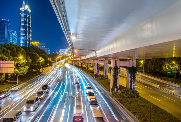 Vista da cidade à noite com trânsito e luz de trilha. Foto gratuita