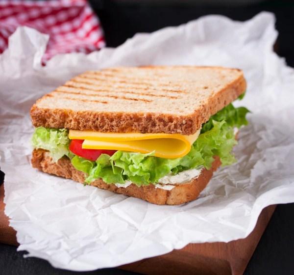 Жареный бутерброд с салатом и сыром Фото | Скачать