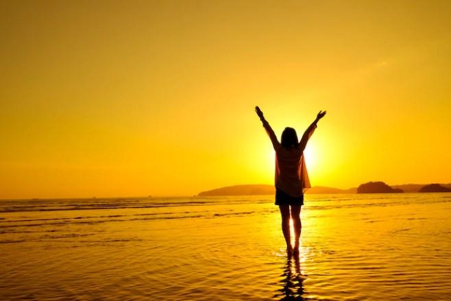 ビーチで海をジャンプする女性をリラックス | 無料の写真