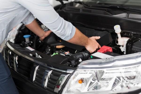 Мужские руки вынимают двигатель автомобиля   Бесплатно Фото