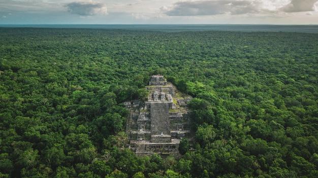 Pirámide en Calakmul, vista aérea; en Campeche