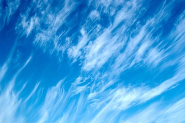 Красивый облачный пейзаж с перистыми облаками на голубом ...