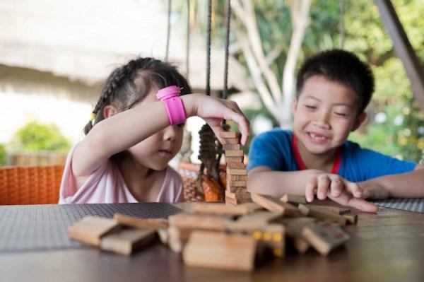 Close up on asian kids building blocks | Premium Photo