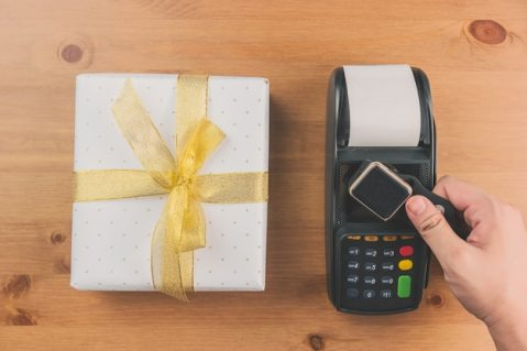 Credit card reader and gift Free Photo