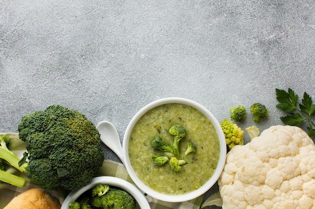 Vegetais ricos em ferro em uma mesa cinza.