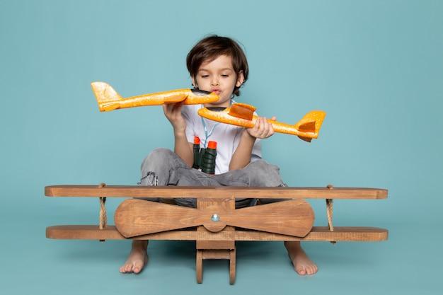 Criança destrói seus brinquedos