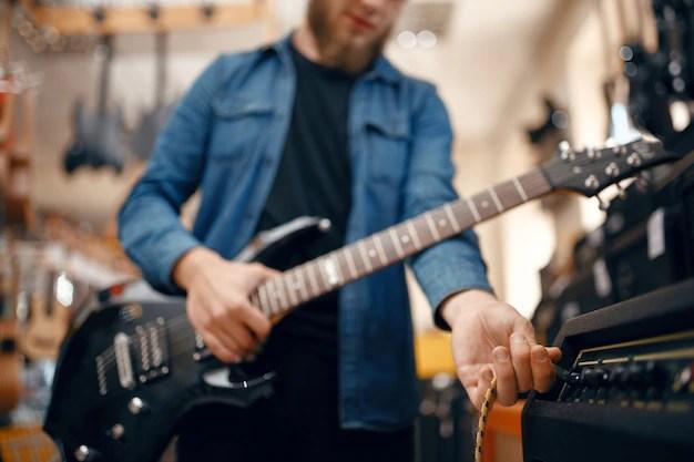 Prova gitarr i musikaffär