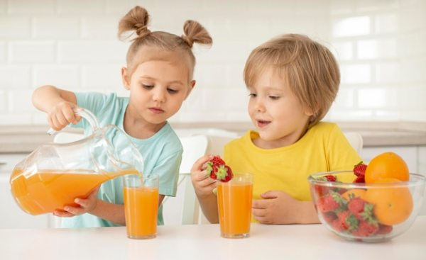 Kids eating fruits and drinking juice | Free Photo
