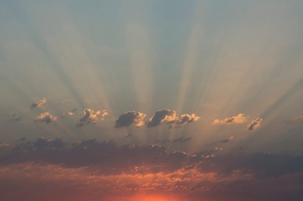 Утренний восход световых лучей с драматическими облаками ...