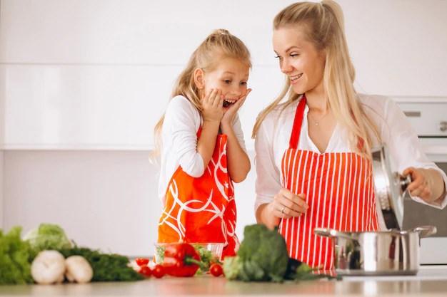 Madre e figlia che cucinano in cucina | Foto Gratis