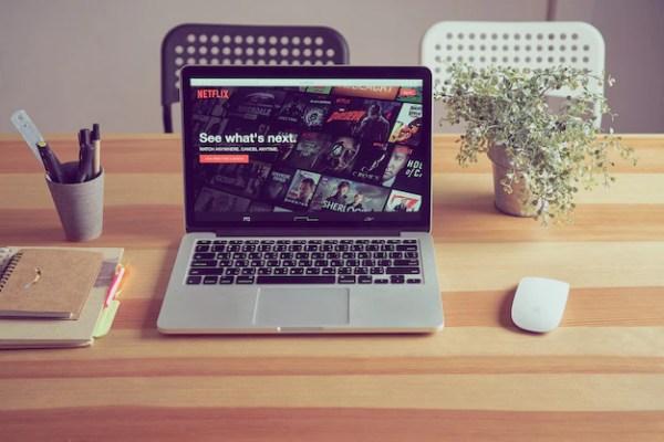 Приложение netflix на экране ноутбука | Премиум Фото
