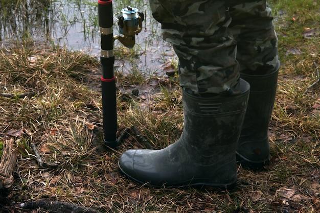 釣り竿と釣りのブーツ 無料写真