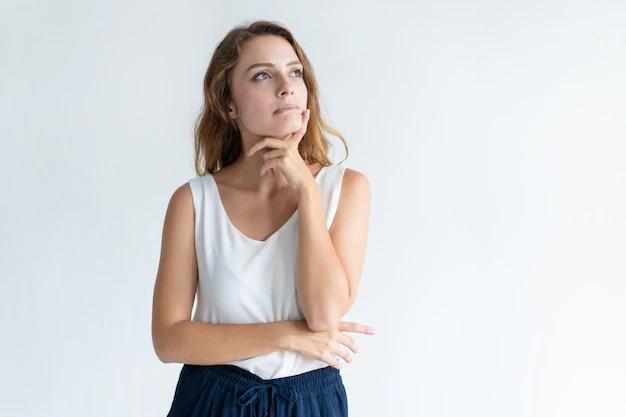 Imagem de mulher refletindo a respeito de algo.