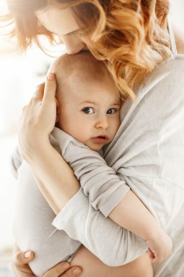 Mãe abraçando bebê
