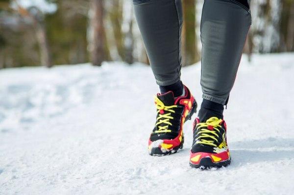 Обувь для бега - крупным планом женского спорта фитнес ...