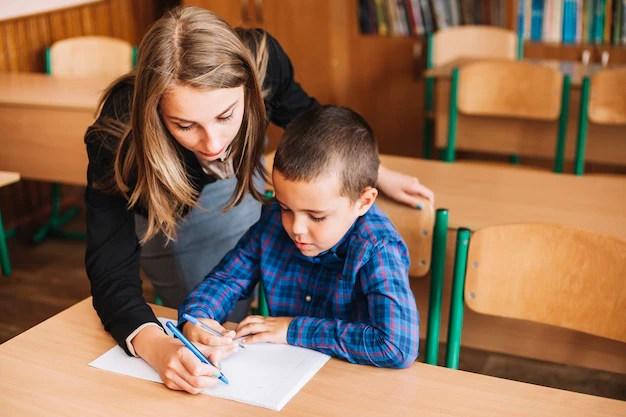 Teacher setting an example Free Photo