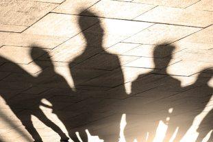 Persone, ombre e sagome di persone sul marciapiede, marciapiede nelle luci del mattino | Foto Premium