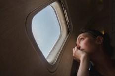 Donna triste all'oblò in aereo | Foto Premium