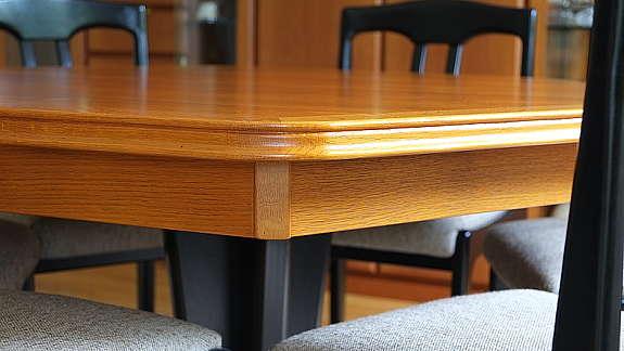 Esszimmertisch mit 6 Stühlen Eiche massiv kirschbaumfarbig 1 - hoork.com