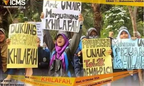 Mahasiswi Universitas Airlangga Surabaya berdemo memperjuangkan Khilafah dan menolak Demokrasi