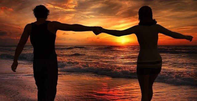 couple_in_sea_beach good mind husband