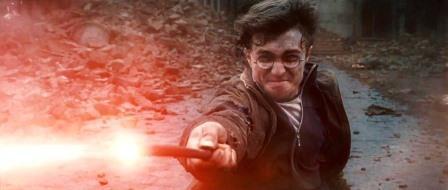 Harry Potter menggunakan tongkat sihirnya