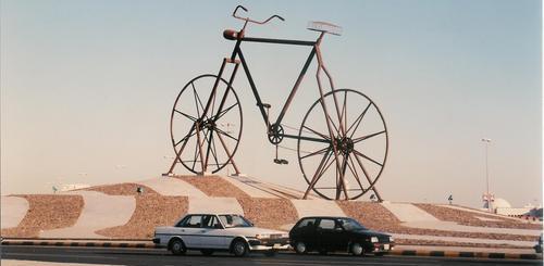 Sepeda Nabi Adam, sebuah monumen di Jeddah yang menggambarkan sepeda yang sesuai dengan ukuran Nabi Adam.