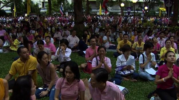 Жители Таиланда оплакивают короля Пхумипона Адульядета