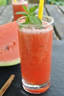 (c) http://www.organisation-mit-sabine.de/2014/07/25/erfrischender-smoothie-mit-wassermelone-und-minze/
