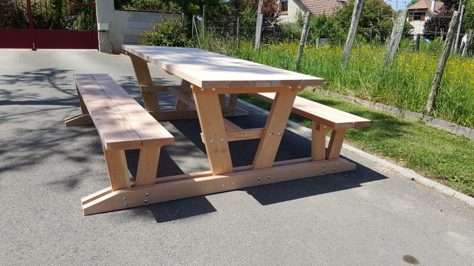 table relax avec bancs attaches table