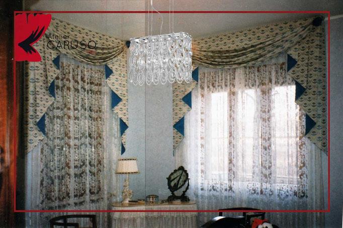 Classici degli interni delle case moderne si vedono le tende molto spesso classiche erano sempre la soluzione ideale per l'interno nello stile di un favorito classico. Tendaggi Classici Con Mantovana Atelier Tessuti Arredamento Tende Tendaggi Interni