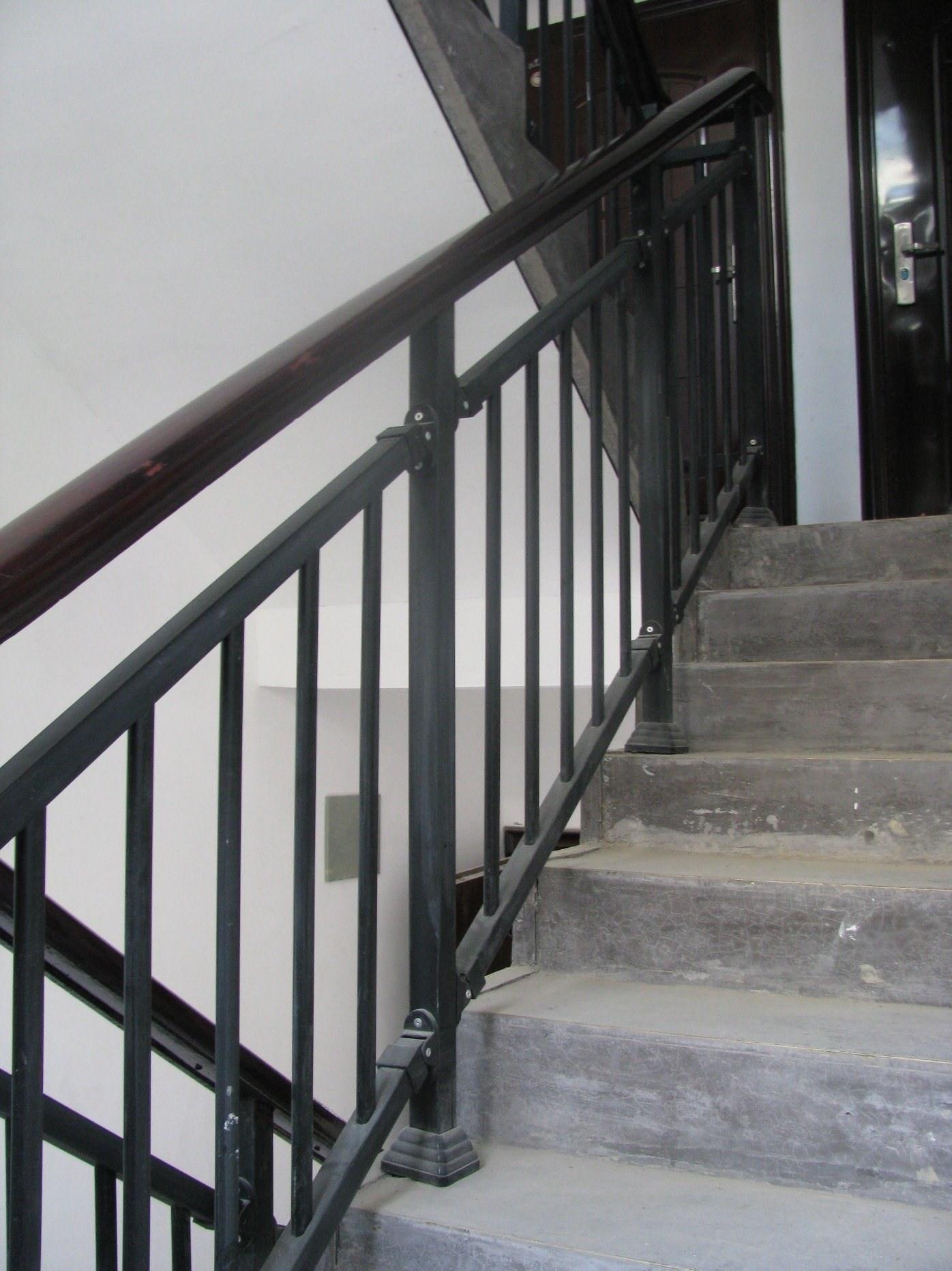 China Black Wrought Iron Stair Railing For Residential Building | Black Wrought Iron Stair Railing | Oak And Iron | Straight Line | Rectangular Iron | Walnut Iron | Steel Railing
