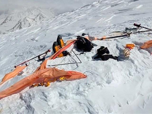 На северном склоне горы Эльбрус обнаружили тела девушки и гида, которых искали с 23 апреля