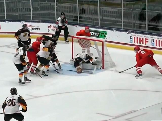 Сборная России по хоккею, составленная из игроков не старше 18 лет, одержала победу над сверстниками из Германии в матче группового этапа юниорского чемпионата мира в США