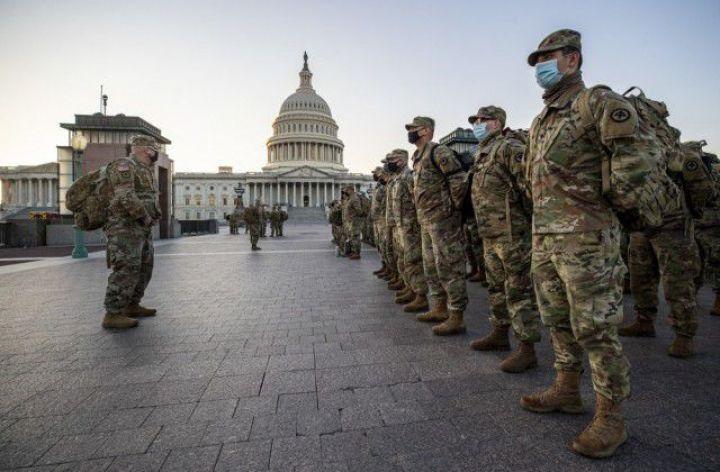 Des soldats de la garde nationale et des soldats de l'air du New Jersey arrivent près du Capitole américain pour établir des postes de sécurité à Washington, D.C., le 12 janvier 2021. Des gardes de plusieurs États se sont rendus à Washington pour apporter leur soutien aux autorités fédérales et de district en vue de la 59e inauguration présidentielle.