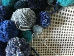 un tapis avec des pompons