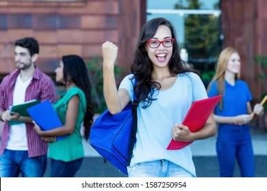 Ser felices hace de los niños mejores estudiantes. Universitarios Felices Imagenes Fotos De Stock Y Vectores Shutterstock