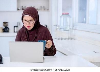 Parla della sua cultura religiosa, sfatando i luoghi comuni più diffusi e della sue scelte come, per esempio, quella di indossare l'hijab. Grandma Muslim Stock Photos Images Photography Shutterstock