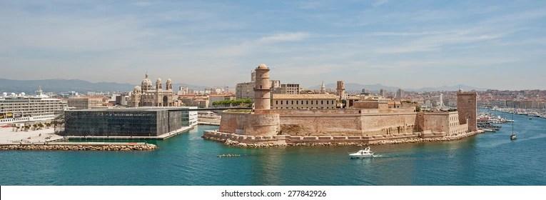 """Vue sur l'ancien château """"Saint Jean"""" et le port """"Vieux Port"""" de Marseille dans le sud de la France"""