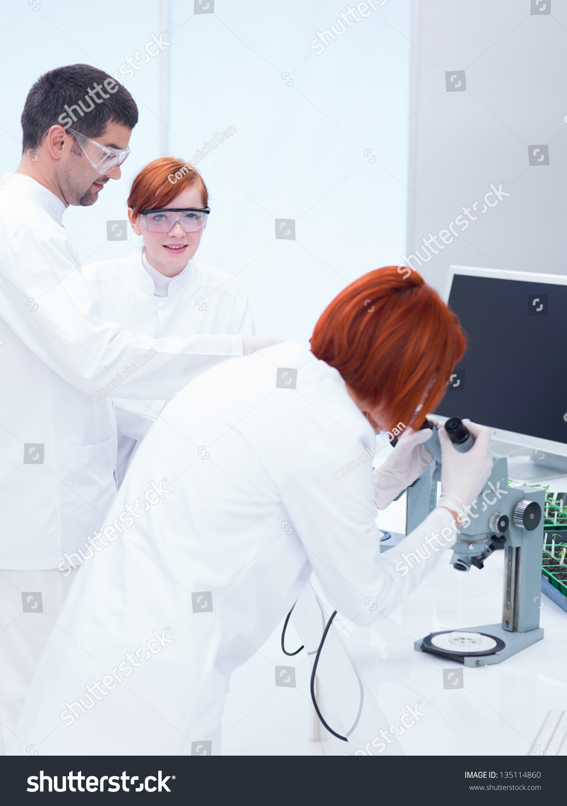 Close Up Of A Man Scientist Supervising Two Women In A Chemistry Lab Around Lab Toolsyzing