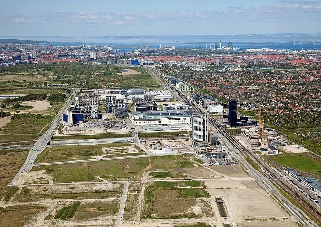 Видны обширные незастроенные территории и торговый комплекс Field's