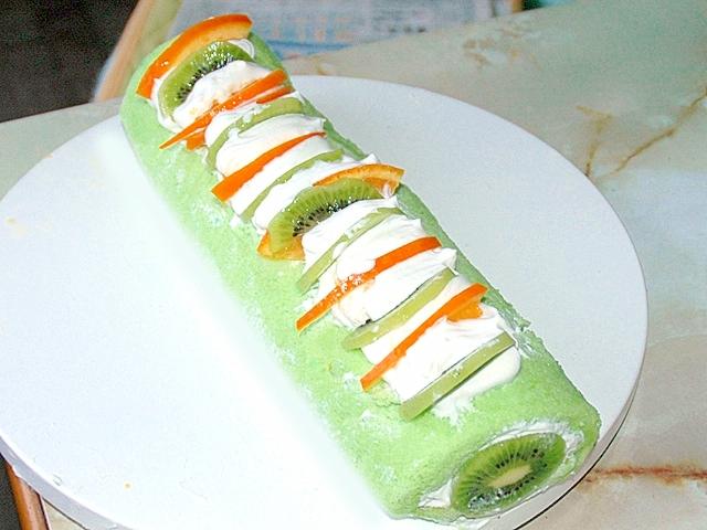 キウイで春の緑を表現?しっとり生地のロールケーキ♪