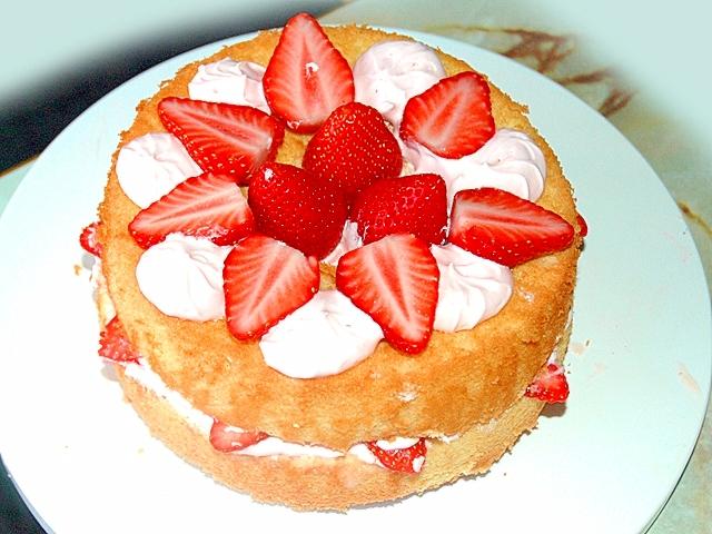 苺たっぷりホワイトチョコクリームのシフォンケーキ♪