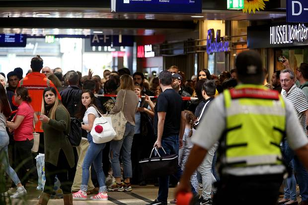 Reisende wurden gebeten, den Kölner Hauptbahnhof zu verlassen