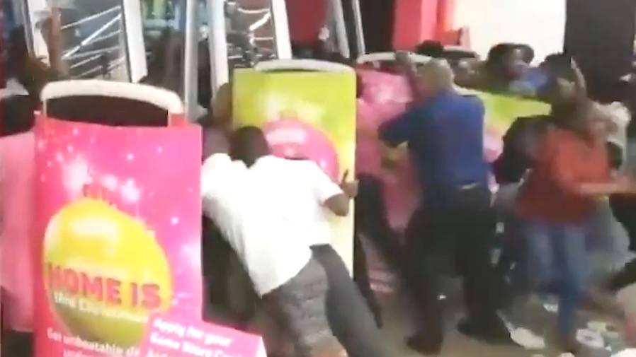 Ansturm auf Rabattaktion: Black Friday: Kunden drehen völlig durch, um Schnäppchen zu erhaschen