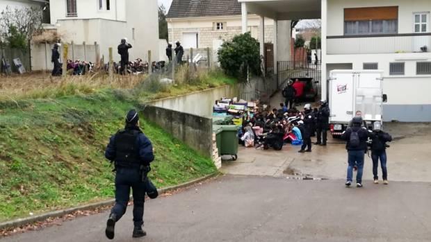 El jueves, cerca de 150 personas fueron arrestadas cerca de París, en su mayoría estudiantes. Los videos de la operación policial muestran a docenas de estudiantes arrodillados o agachados en el suelo en filas y bajo la vigilancia de las fuerzas de seguridad, con las manos en la cabeza o detrás de la espalda. Los círculos policiales confirmaron la autenticidad de las grabaciones.
