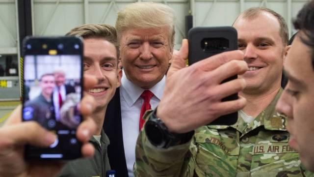 Militärbasis in Rheinland-Pfalz: Trump besucht US-Soldaten in Ramstein – und verteilt Autogramme