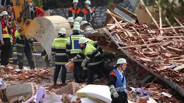 Nachrichten aus Deutschland: Explosion in Wohnhaus - Retter suchen weiter nach Siebenjähriger